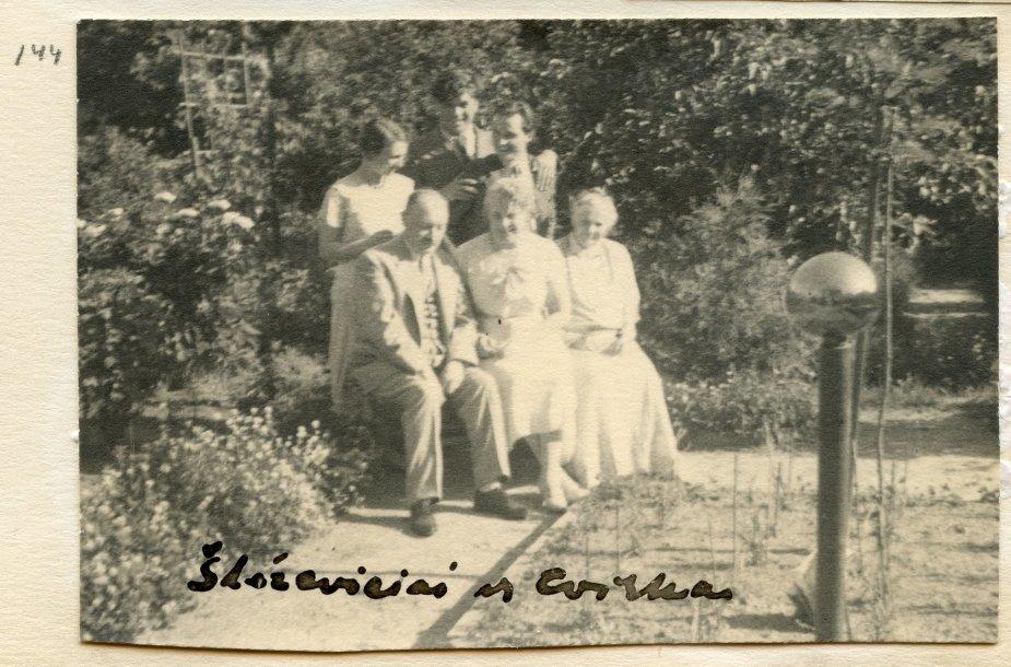 Sleževičių šeima ir Petras Cvirka (antros eilės viduryje) gėlyne prie namo. Fotografavo Pranciškus Šivickis 1934 m.