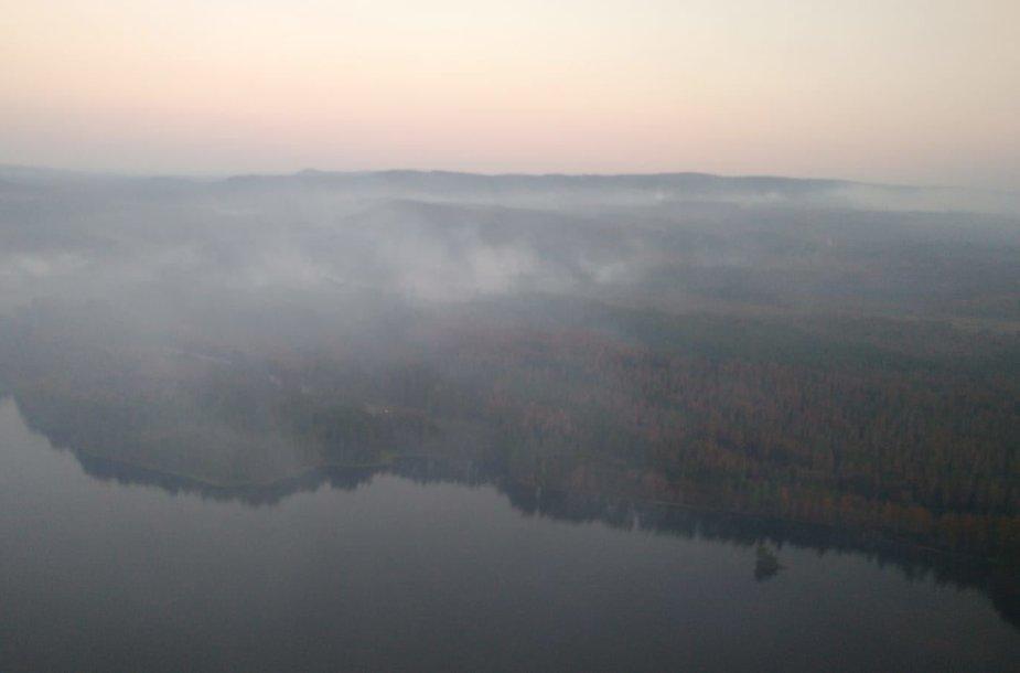 Karinių oro pajėgų sraigtasparnis gesina gaisrus Švedijoje