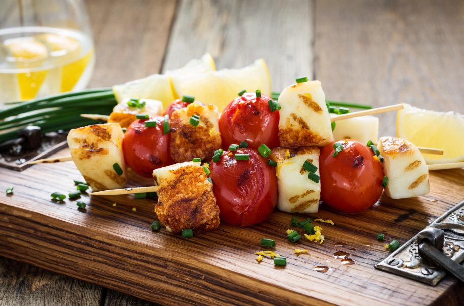 Ant grotelių kepti sūrio ir daržovių vėrinukai