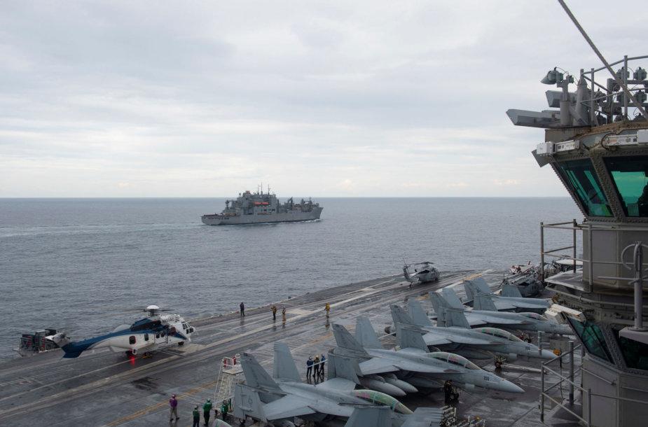 """Lėktuvnešį """"USS Harry S. Truman"""" lydi sausųjų krovinių ir amunicijos gabenimo laivas """"USNS Amelia Earhart"""""""
