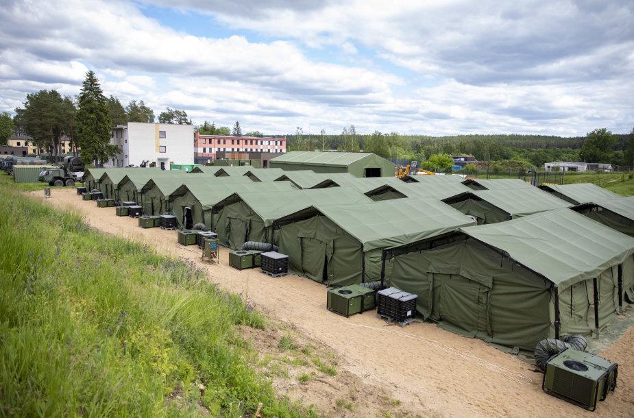 Pabaigtas įrengti palapinių miestelis nelegaliems migrantams
