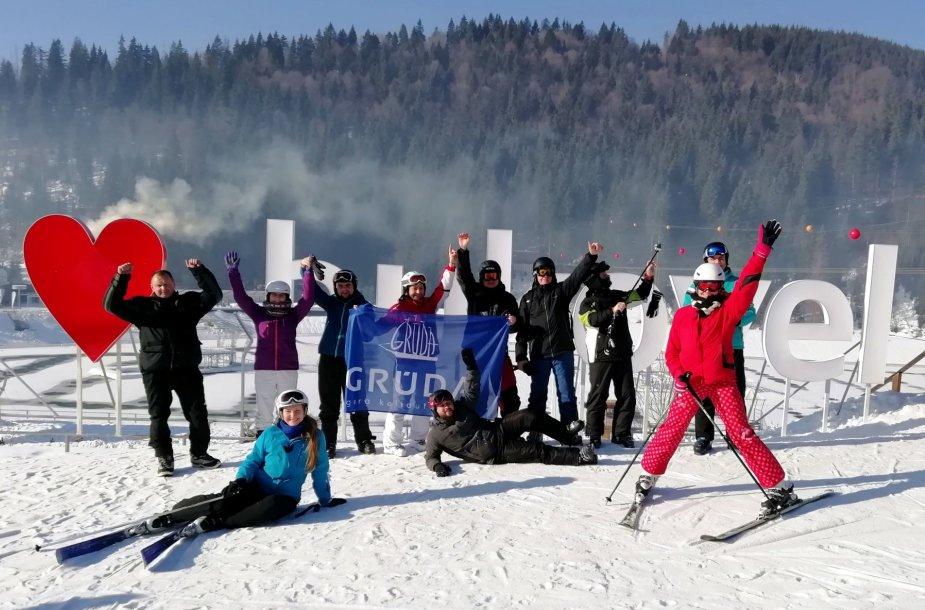 Keliautojai slidinėjimo kurorte Bukovelyje, Ukrainoje