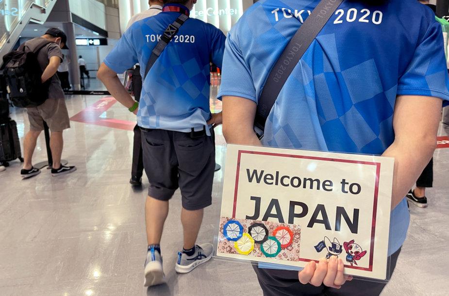 Olimpinių žaidynių svečiai sutinkami Tokijuje