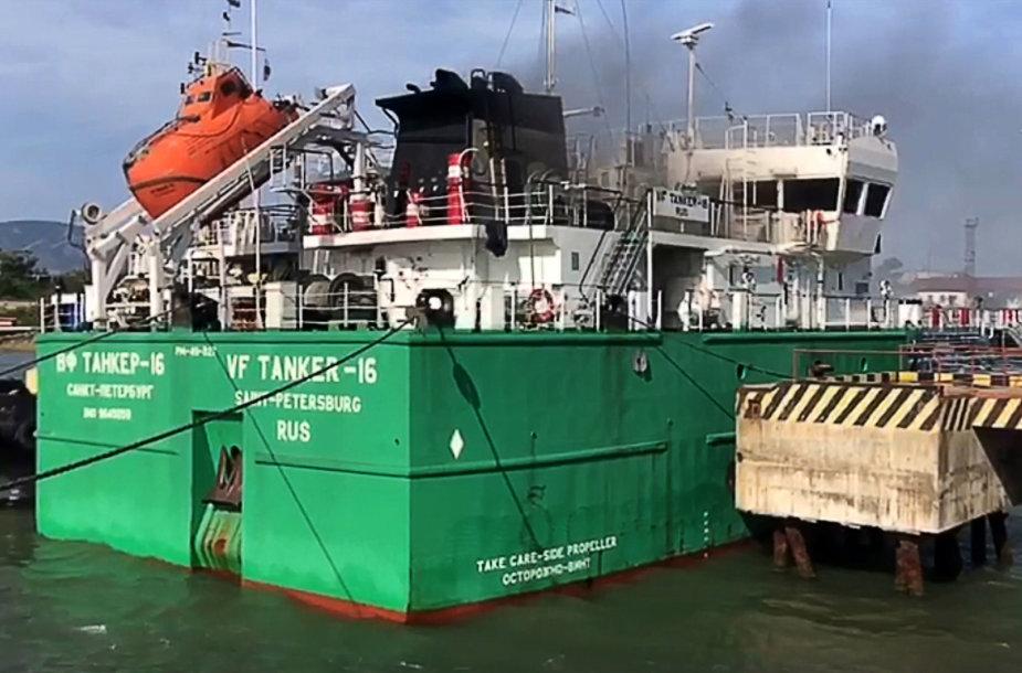 Dagestane užsiliepsnojo tanklaivis