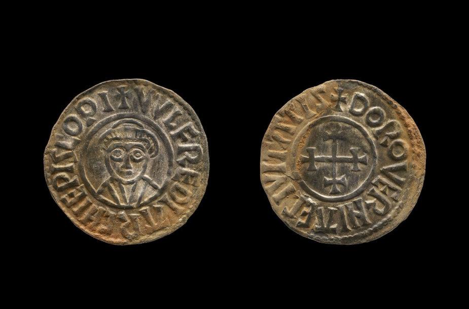 """Viena iš """"juodųjų archeologų"""" rastų monetų"""
