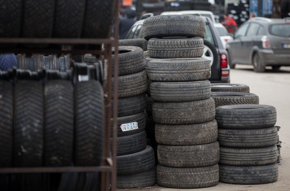Padangų prekyba Gariūnų automobilių turguje