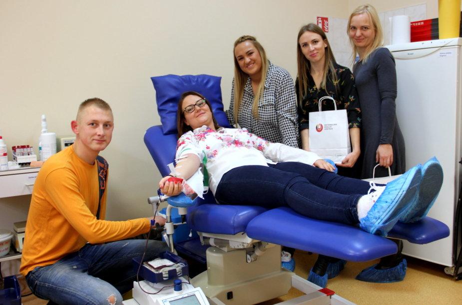 Švęsdama gimtadienį kaunietė su draugais aukojo kraujo