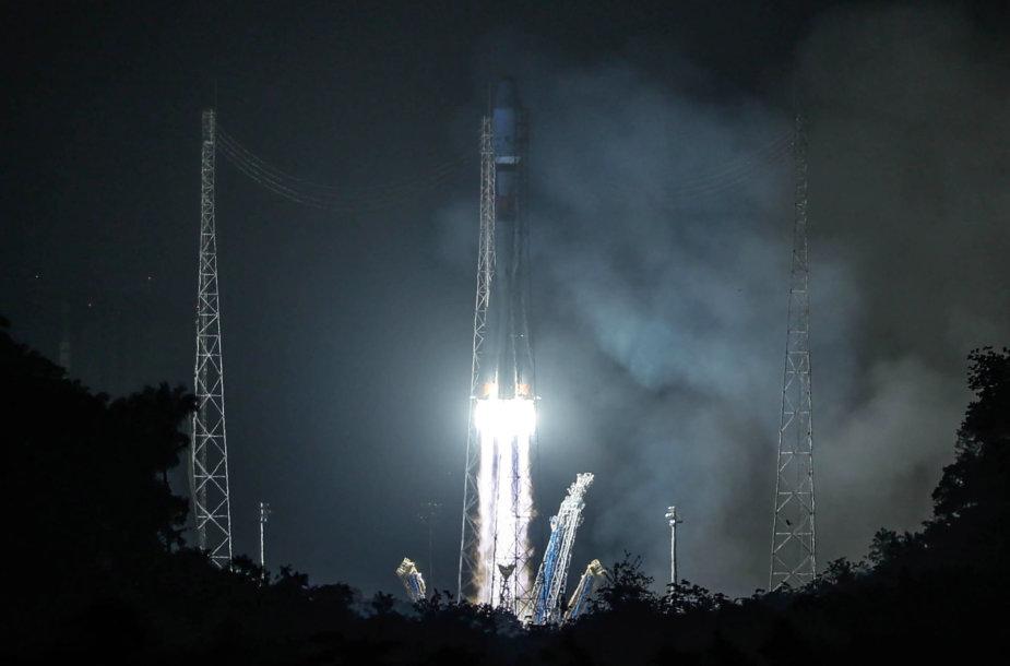 """Iš Kuru kosmodromo kyla raketa """"Sojuz"""" su egzoplanetas tirsiančiu Europos kosmoso agentūros palydovu CHEOPS"""