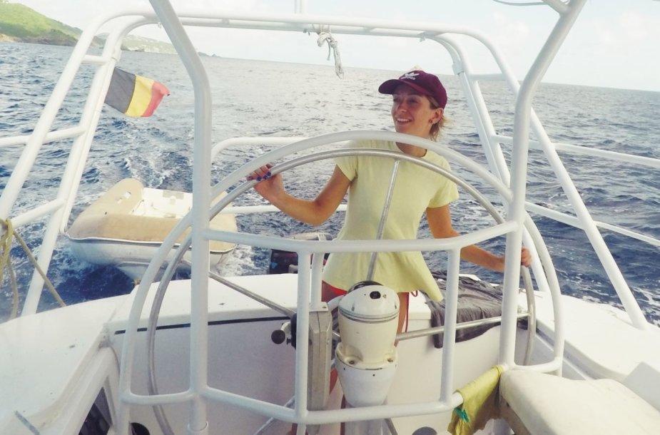 Beatričė mokosi vairuoti jachtą – įprastą transportą-namus Karibuose