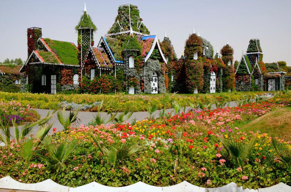 Stebuklų sodas Dubajuje – gėlių upės, namai ir automobiliai