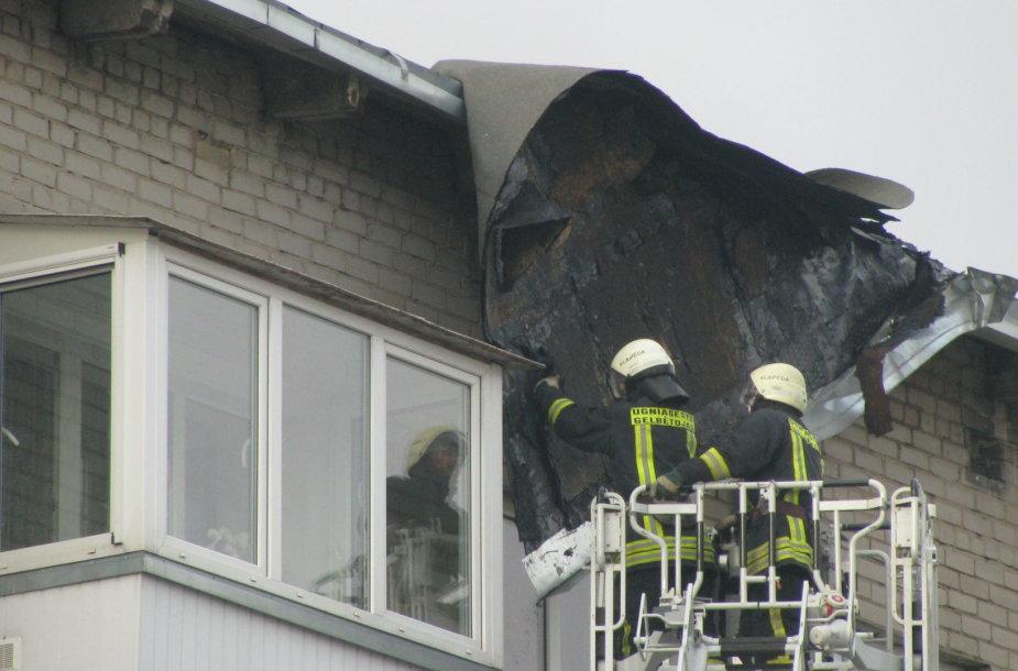 Klaipėdoje Taikos g. nuplėštas daugiabučio stogas