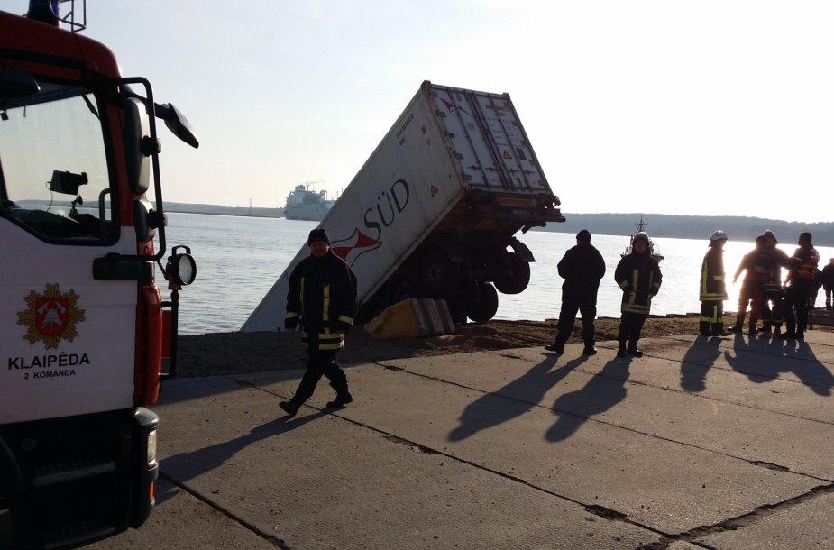 Klaipėdoje į marias uoste įkrito sunkvežimis.