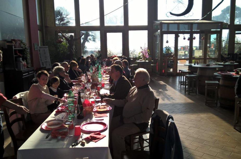 Kalėdinių pietų svečiai ir šeimininkų šeima