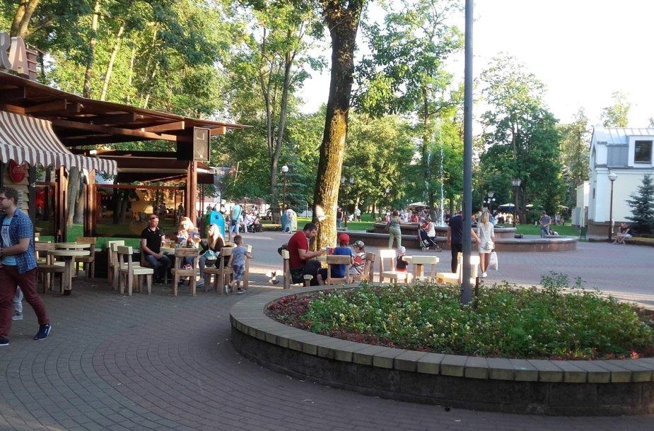 Miesto parke žmonės mėgsta leisti laisvalaikį