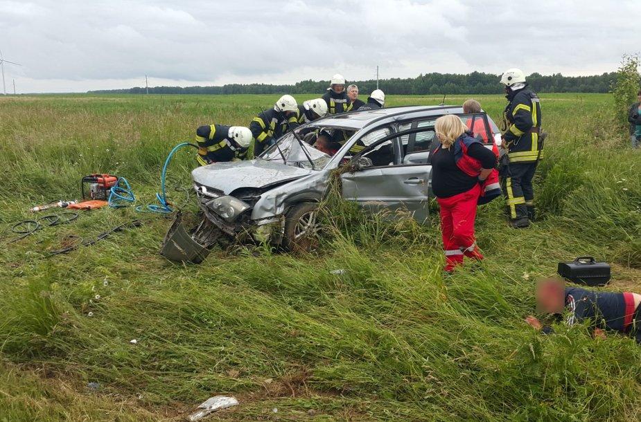 """Šilutės rajone nuo kelio nuvažiavo """"Opel Vectra"""" su penkiais žmonėmis."""