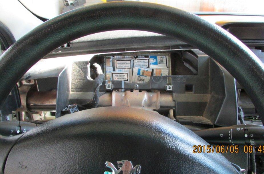 Sulaikyta automobilyje slėpta cigarečių kontrabanda