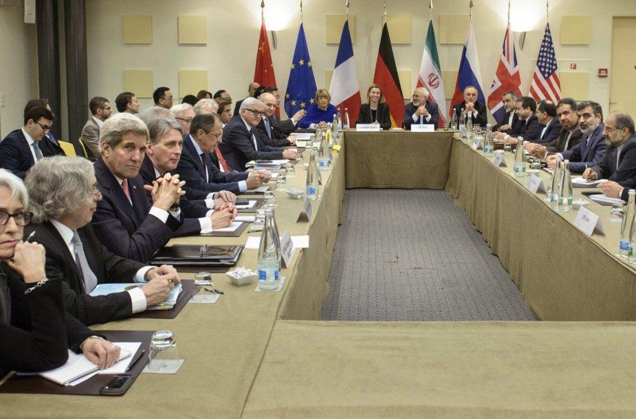 Derybų dėl Irano branduolinės programos akimirka.