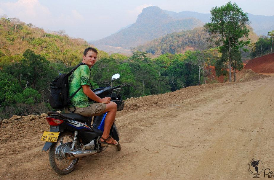 Tomas Baranauskas po Laosą keliavo motoroleriu.