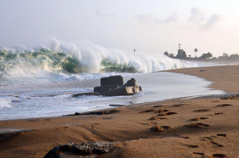 Kylantis vandens lygis griauna pastatus prie vandenyno pakrantės Dramblio Kaulo Krante