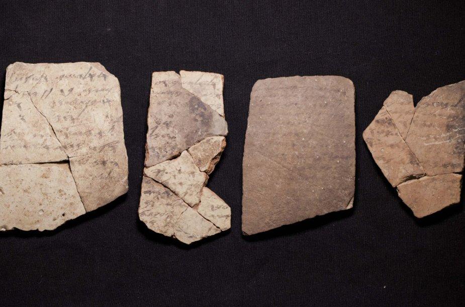 Archeologų Izraelyje rasti 600 m. pr. Kr. daryti Biblijos įrašai hebrajų kalba ant keramikos dirbinių