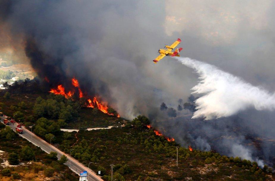 Gaisrai siaubia krūmynus aplink populiarų kurortą Kosta Blankoje