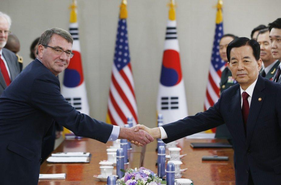 Ashtonas Carteris ir Pietų Korėjos gynybos ministras Han Min-koo