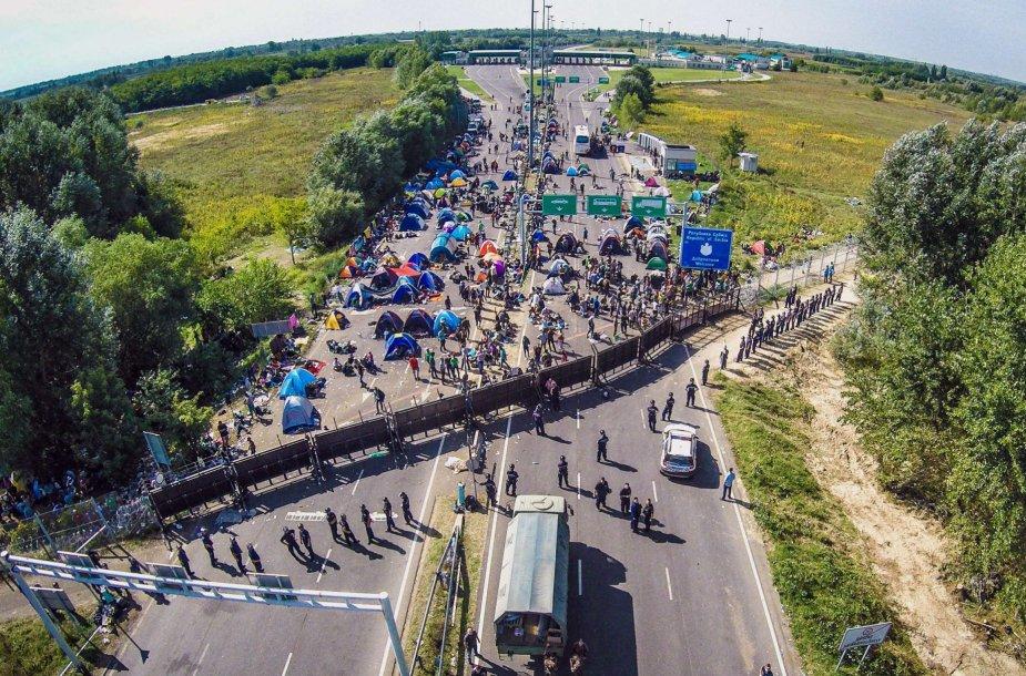 Migrantai prie sienos su Vengrija