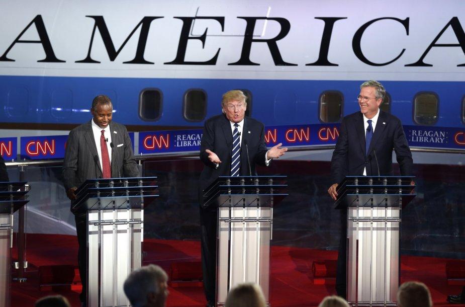 Donaldas Trumpas (centre)