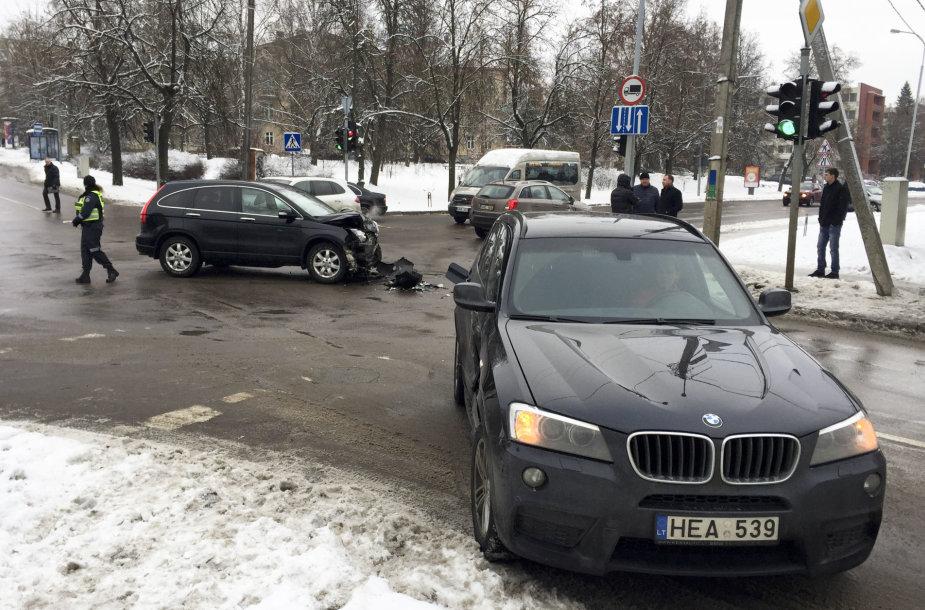 """Vilniuje susidūrė """"Honda"""" ir BMW"""