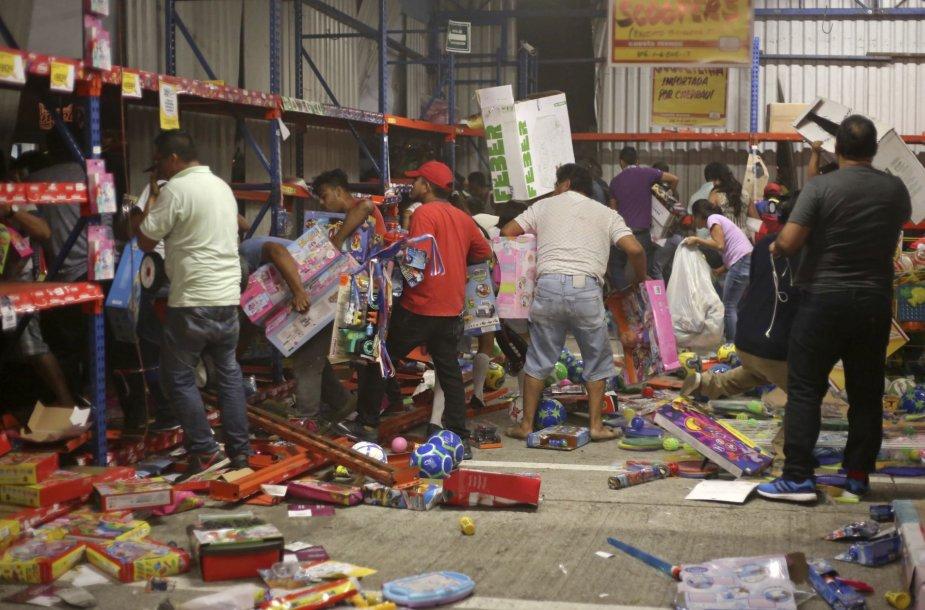 Meksikoje atvirai plėšiamos parduotuvės