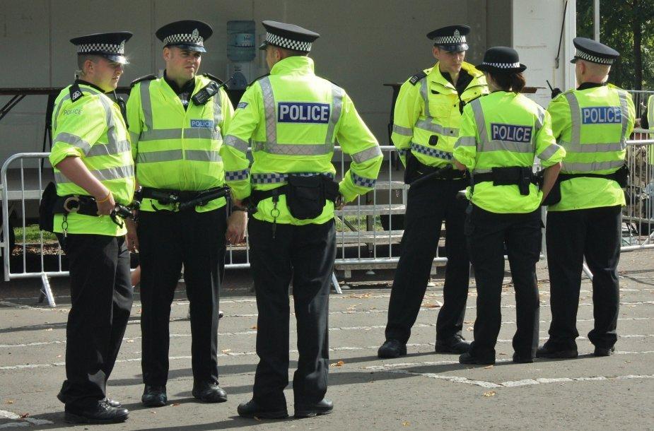 Didžiosios Britanijos pareigūnai kai kuriuose rajonuose turi teisę neįspėję įeiti į namus.
