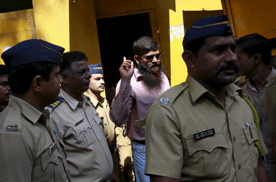 Vienas iš nuteistųjų, lydimas policijos