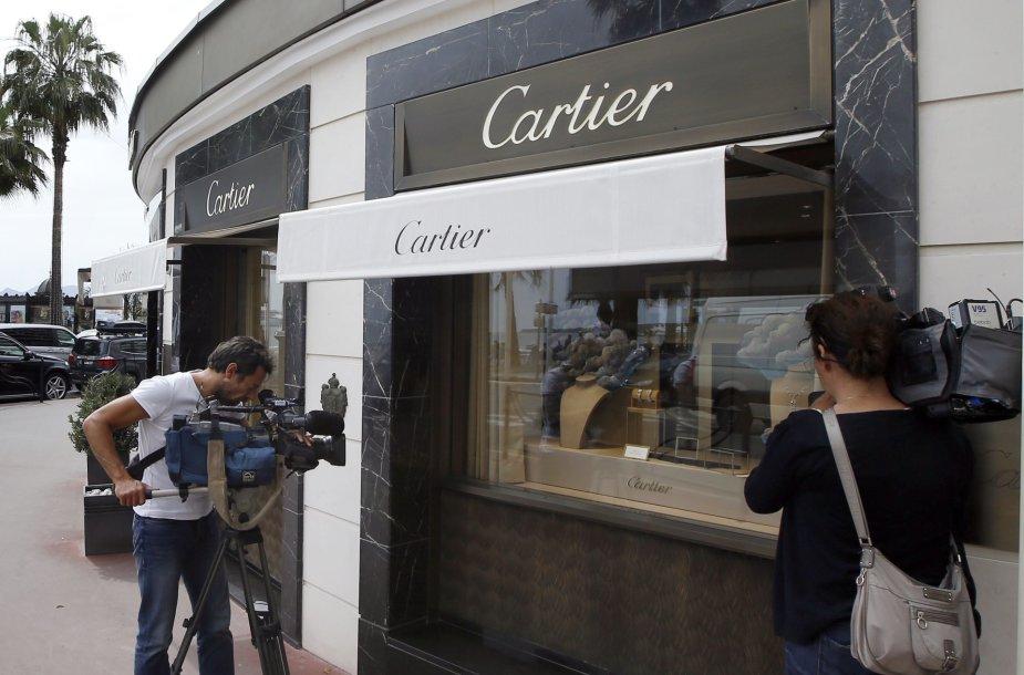 Žurnalistai prie apiplėštos parduotuvės Kanuose.