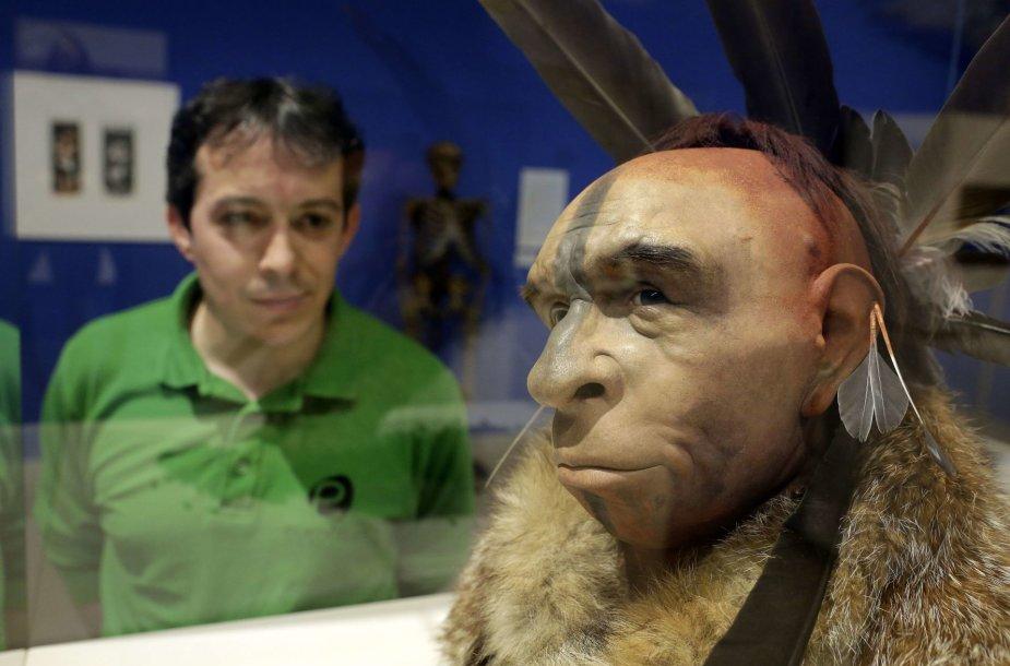 Žmonės su neandertaliečiais kartais bendravo labai artimai