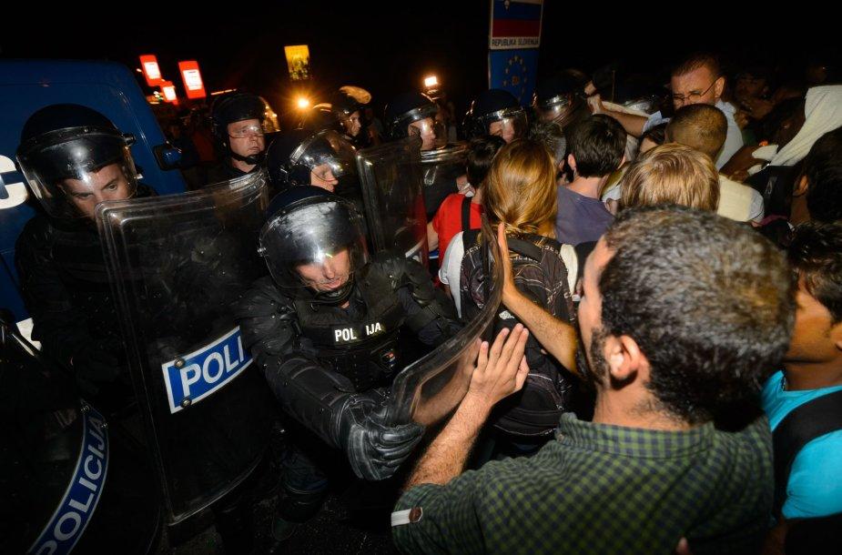 Slovėnijos policija ašarinėmis dujomis nuvarė iš Kroatijos besiveržiančius migrantus.