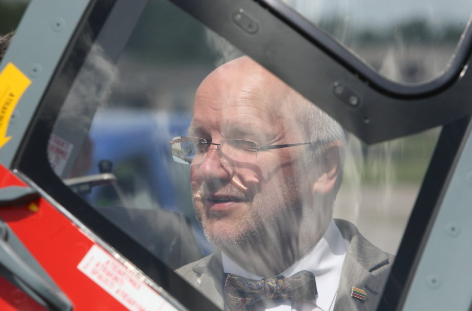 """Juozas Olekas. Visuomenei pristatytas sraigtasparnis """"Dauphin"""""""