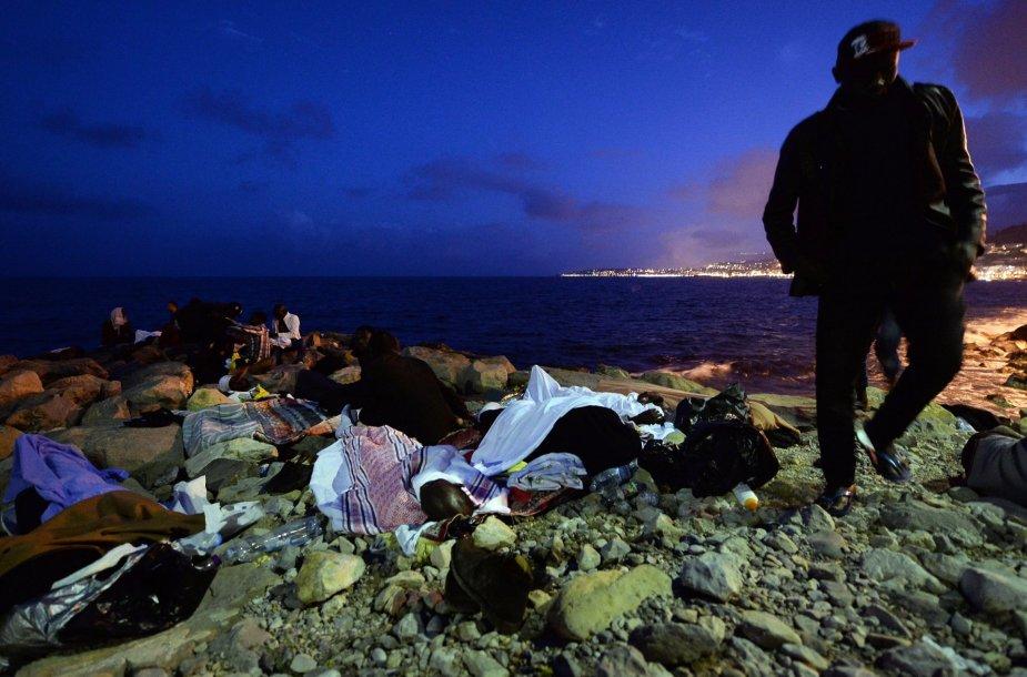 Pabėgėliai miega pakrantėje