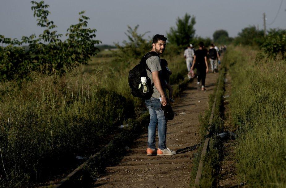 Ahmadas eidamas pėsčiomis bėgiais bando patekti į Vengriją