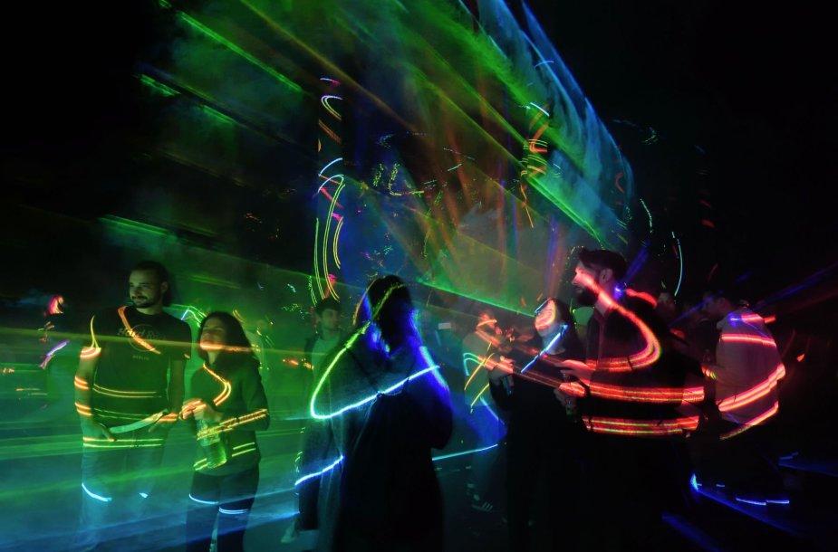 Naktinis lazerių vakarėlis Rumunijos miške