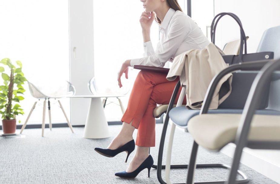 Moteris laukia pokalbio dėl darbo