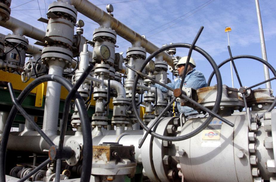 Darbuotojas naftos gamykloje Irako Basros mieste