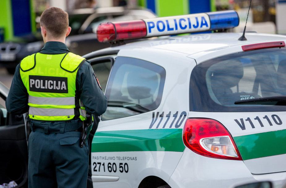 Sostinės Žirmūnų gatvėje policijos patrulių automobilis pateko į avariją