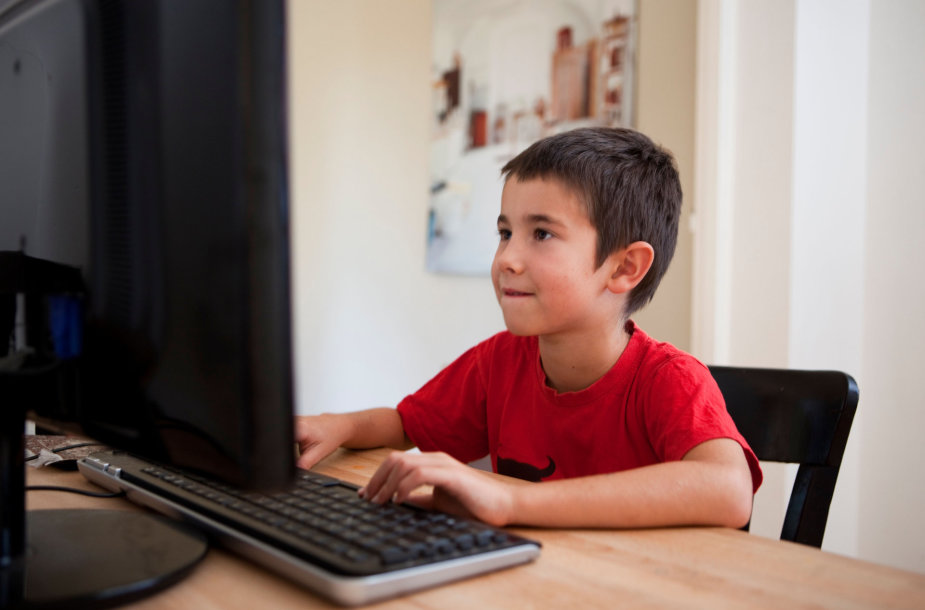 Berniukas prie kompiuterio