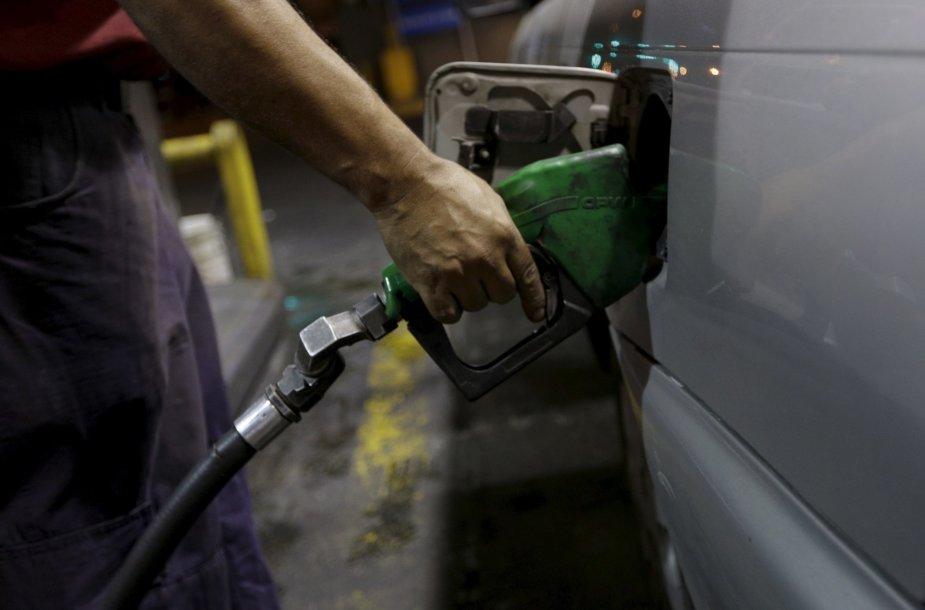 Venesuela pirmąkart per 20 metų pabrangino benziną