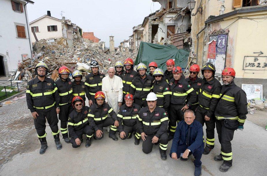 Popiežius netikėtai apsilankė nuo žemės drebėjimo nukentėjusiame Amatričės miestelyje