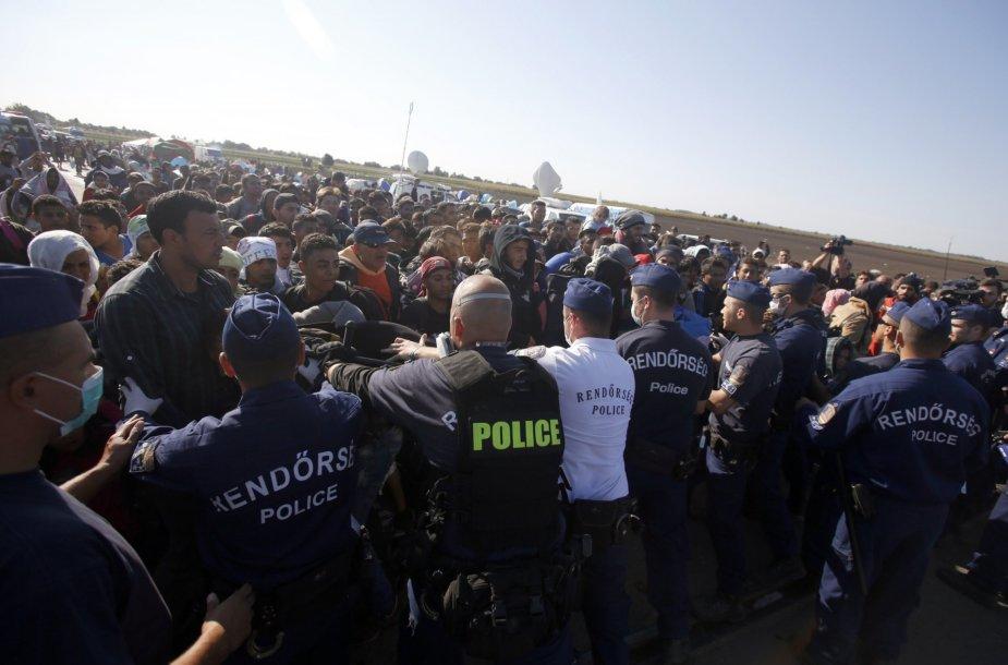 Pabėgėliai veržiasi pro policijos užtvarą Vengrijoje