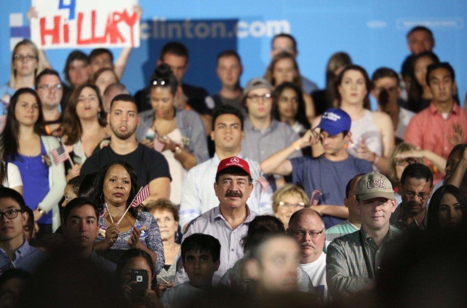 Seddique'as Mateenas (su raudona kepuraite) Hillary Clinton renginyje