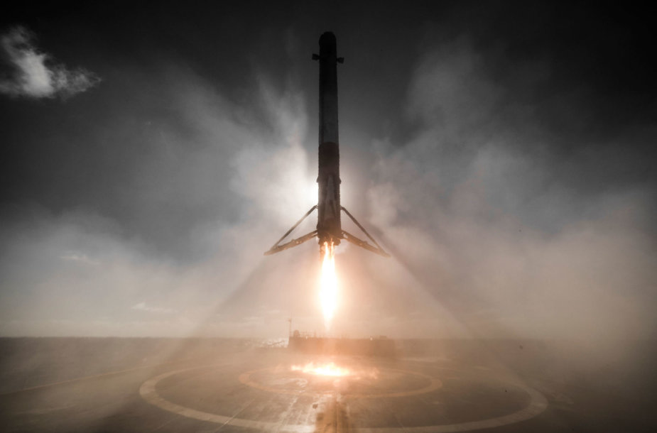 """""""SpaceX"""" raketos pakopos nusileidimas ant jūrinės platformos"""