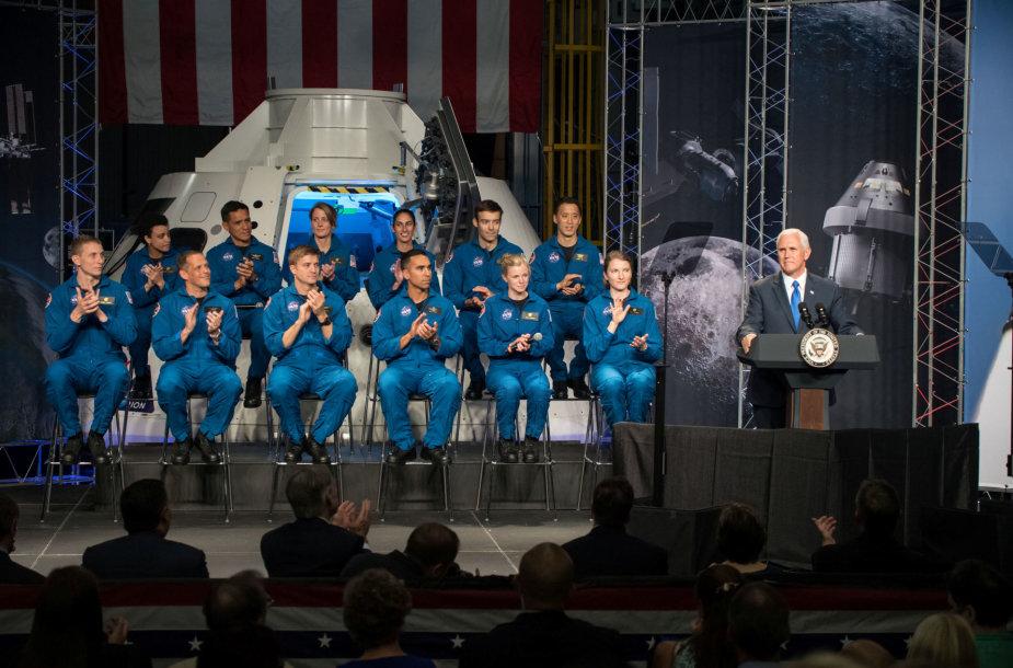 12 naujų NASA astronautų