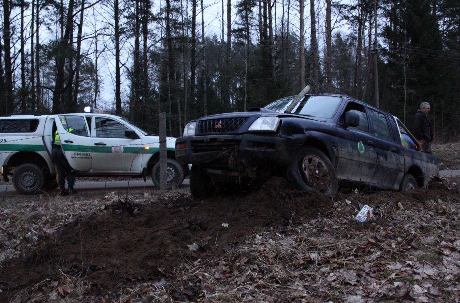 Įvykio vietoje: miškininkų visureigis nulėkė nuo kelio